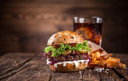 Close-up van zelfgemaakte hamburger op houten achtergrond
