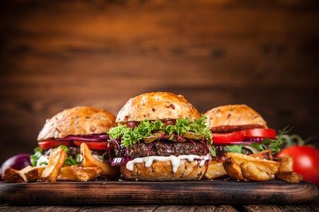 onion: Primer plano de la casa hizo hamburguesas en fondo de madera