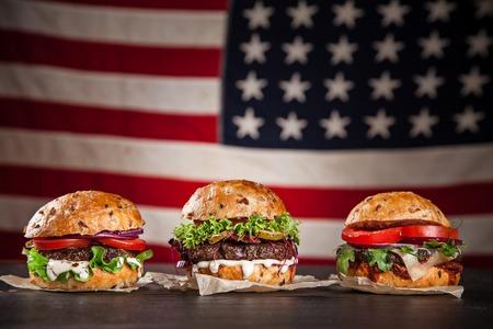 Close-up van zelfgemaakte hamburgers op houten achtergrond