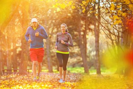 hombre deportista: El hombre y la formación femenina al aire libre durante el día de otoño. Deporte y ocio.