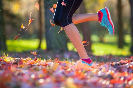 legs: Corredor piernas al aire libre durante el día de otoño, primer plano.