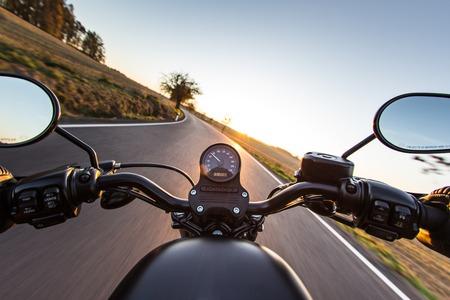 velocimetro: La vista sobre el manillar de una moto acelerando