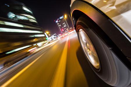chofer: Ciudad de la noche del coche de nuevo la vista, el efecto de desenfoque de movimiento.