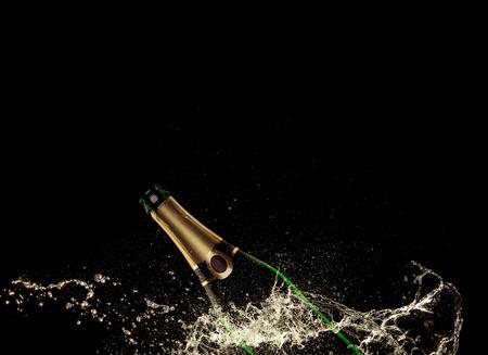 felicitaciones: Vidrios de champ�n con splash, aislado en negro