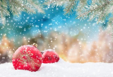 떨어지는 눈 조각과 추상 크리스마스 배경
