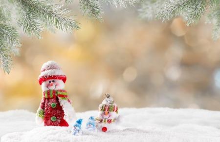 Fond de Noël avec bonhomme de neige et chutes de neige. Banque d'images - 47814458