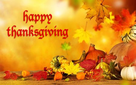 accion de gracias: Feliz Acción de Gracias - fondo de la cosecha con la calabaza y hojas secas