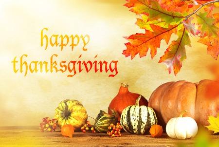 accion de gracias: Feliz Acci�n de Gracias - fondo de la cosecha con la calabaza y hojas secas