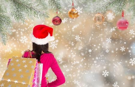 chicas comprando: Compras de Navidad. Chica joven feliz con bolsas de la compra. Tema del invierno.