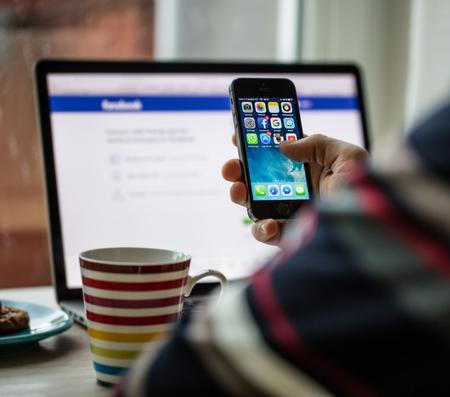 프라하, 체코 공화국 -2011 년 11 월 17 일 : 애플 아이폰 5s의 근접 사진 애플 리 케이 션 아이콘으로 화면을 시작합니다. 스마트 전화 화면에 인기있는 소 에디토리얼