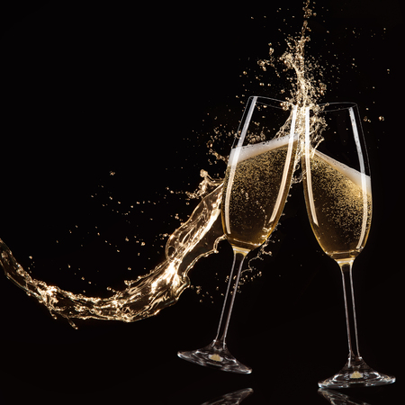 sektglas: Gläser Champagner mit Spritzer, isoliert auf schwarz