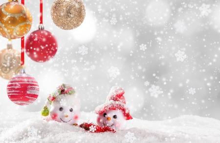 bonhomme de neige: fond de No�l avec des bonhommes de neige et des chutes de neige. Banque d'images