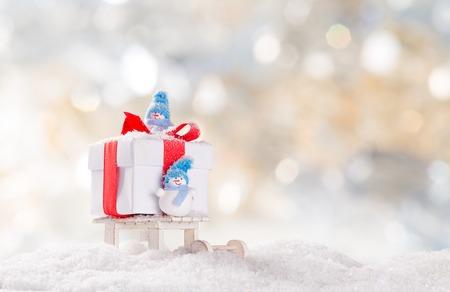 Kerstmis achtergrond met sneeuwpop en dalende sneeuw.