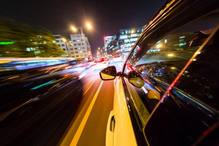 Nacht stad uit de auto terug bekijken, motion blur effect. Stockfoto