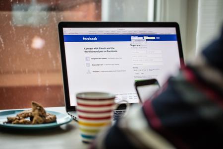 프라하, 체코 - 2015 년 11 월 17 일 : 페이스 북 로그인으로 Apple MacBook Pro의 근접 사진. 인기있는 소셜 미디어.