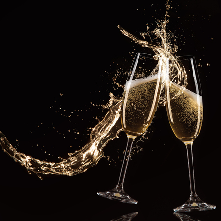celebra: Vidrios de champán con splash, aislado en negro