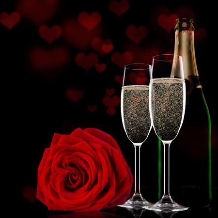 sektglas: Funkelnde Valentinstag mit Champagner und Rosen, close-up.