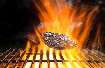 carne asada: carne de vacuno a la parrilla en la parrilla, primer plano. Foto de archivo