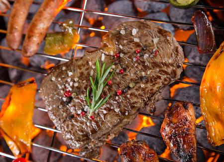 barbacoa: filetes de carne a la parrilla en la parrilla, primer plano.