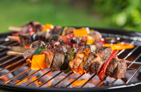 Barbecue met Vaus soorten vlees, close-up. Stockfoto