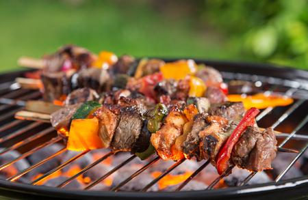 chorizos asados: Parrilla con tipos Vaus de carne, primer plano.