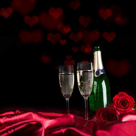 flores de cumpleaños: Día de San Valentín con gas, con champán y rosas, primer plano.