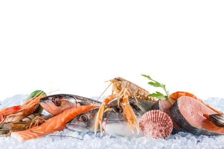 新鮮な魚介類に砕いた氷、クローズ アップ。 写真素材 - 51833964