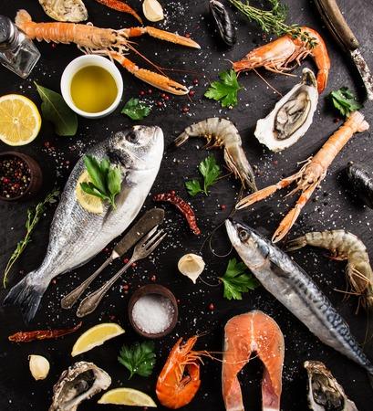 pescados y mariscos frescos en la piedra negro, primer plano. Foto de archivo