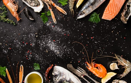 mariscos: pescados y mariscos frescos en la piedra negro, primer plano. Foto de archivo