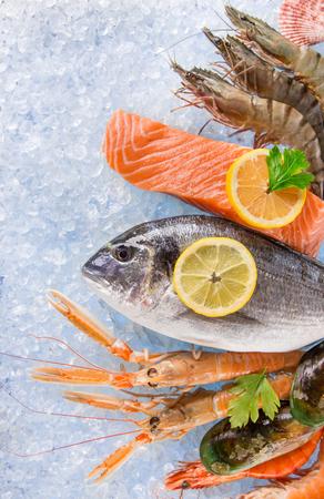 pescados y mariscos frescos en hielo picado, primer plano. Foto de archivo