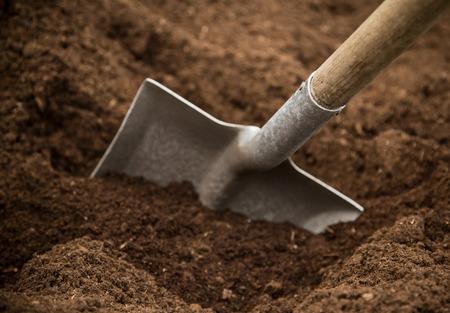 Pelle dans le sol, close-up. Banque d'images - 53122500