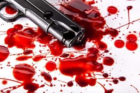 살인 개념 - 흰색 배경에 혈액와 총을 확대합니다.