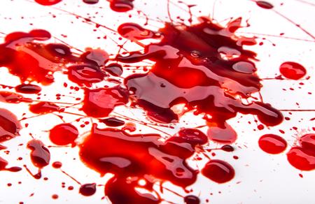 manchas de sangre salpicada en el fondo blanco, primer plano.