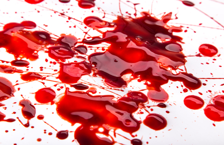Spetterde bloedvlekken op een witte achtergrond, close-up.