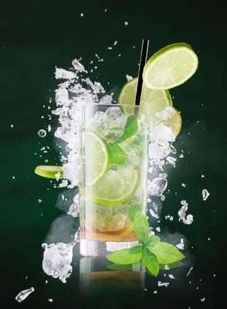 splash de agua: bebida mojito fresca con salpicaduras de líquidos.