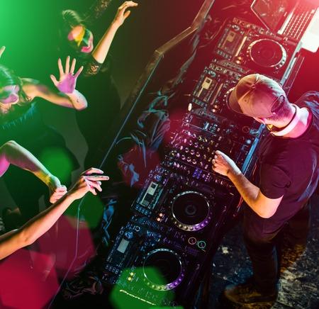 gente bailando: DJ y equipos de sonido en clubes nocturnos y festivales de música. Foto de archivo