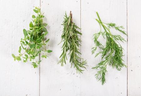 cebollin: hierbas frescas en el fondo de madera, primer plano. Foto de archivo