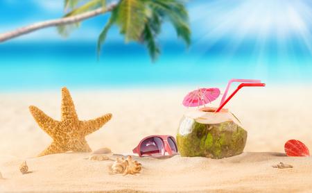 zomer kokosnoot cocktail op tropisch strand. Zomerparadijs. Stockfoto