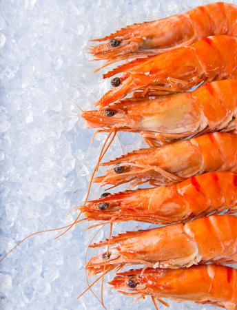 alimentos congelados: Gambas frescas en hielo picado, primer plano. Foto de archivo