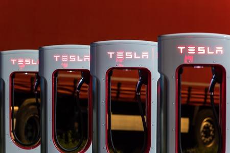 Brenner, Oostenrijk - 11 mei 2016: Tesla supercharger machine Supercharger Station 's nachts.