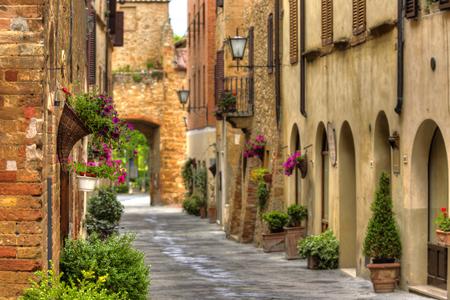 Uitzicht op de oude oude Europese stad. Straat van Pienza, Italië. Stockfoto