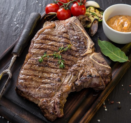 carne asada: filete de carne deliciosa en mesa de piedra negro, primer plano.