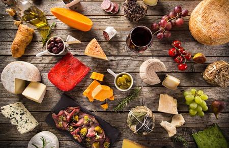 Heerlijke diverse soorten kaas op oude houten tafel Stockfoto