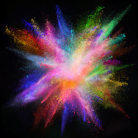 黒い背景に分離した色粉塵爆発のモーションをフリーズします。