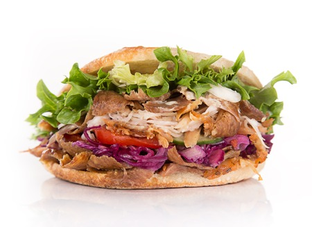 白い背景のケバブ サンドイッチのクローズ アップ