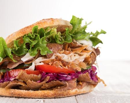 Nahaufnahme von Kebab-Sandwich auf weißem Hintergrund