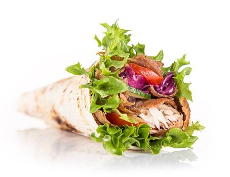 close up van kebab sandwich op een witte achtergrond
