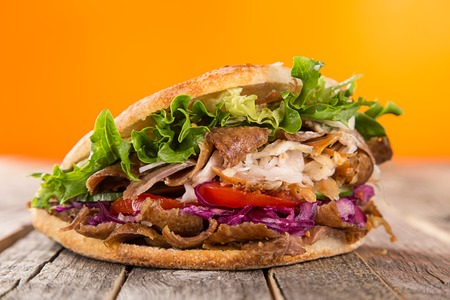close up van kebab sandwich op houten achtergrond Stockfoto