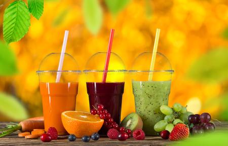 Succhi di frutta mix fresco, bevande salutari su tavola di legno.