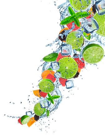 Frisches Obst im Wasserspritzen über Weiß, close-up.